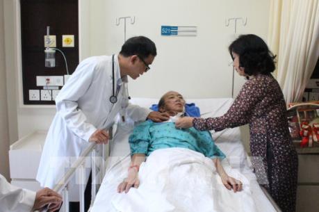Tự ý mua thuốc cảm sốt, một bệnh nhân nước ngoài rơi vào hôn mê sâu