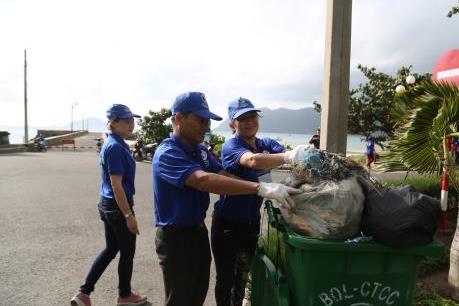 """Côn Đảo đối mặt với nguy cơ """"ngập chìm"""" trong rác thải"""