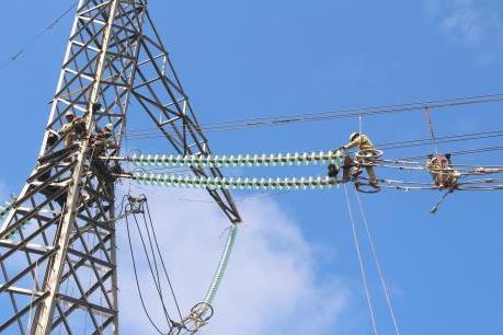 Khẩn trương cấp điện lại cho khách hàng tại miền Trung – Tây Nguyên