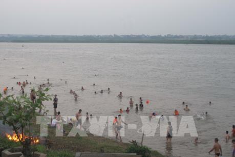 Hà Nội xuất hiện nhiều bãi tắm tự phát mặc biển báo cấm