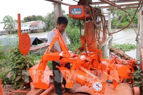 Người thợ cơ khí Tiền Giang sáng tạo máy đắp bờ hữu dụng