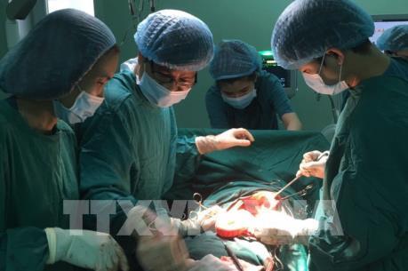Bệnh viện điều xe tìm bệnh nhân trong đêm để mổ miễn phí