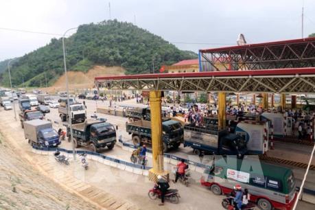 """Mang xe tải ra chặn đường, BOT Hòa Lạc - Hòa Bình buộc phải """"xả"""" trạm"""