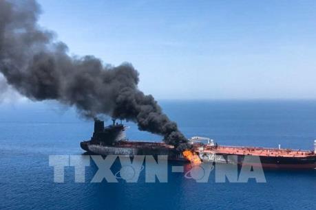 Hai tàu chở dầu bị tấn công trên vịnh Oman cập bến để đánh giá mức độ hư hỏng
