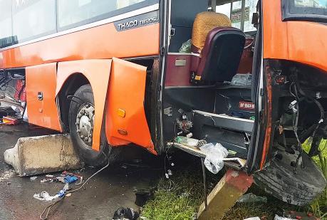 Tai nạn giữa xe khách và xe tải, hàng chục người thương vong