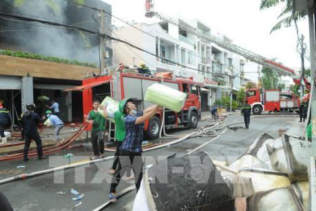Cháy lớn lan sang nhà dân, thiêu rụi nhiều tài sản