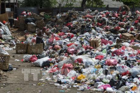 Hàng chục container rác nhập khẩu bị trả lại Australia, Canada và Mỹ