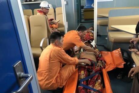 Cứu nạn 2 thuyền viên tàu cá bị thương nặng trên vùng biển  Bạch Long Vỹ