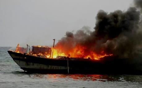 Tàu cá bất ngờ bốc cháy khi đang neo đậu tại cảng