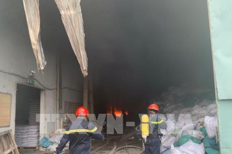 Cháy dữ dội tại khu công nghiệp Sóng Thần 2