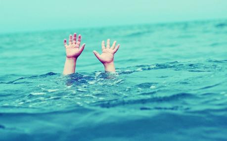 Bơi trong bể khách sạn, 2 trẻ đuối nước thương tâm