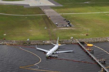 Máy bay hạ cánh khẩn cấp tại Nga, gần chục người thương vong