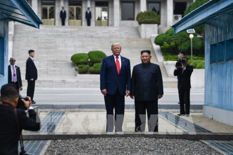 Tổng thống Donald Trump và nhà lãnh đạo Kim Jong-un gặp nhau tại DMZ