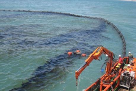 Tràn dầu trên tàu dịch vụ hậu cần nghề cá ở Phú Qúy đã được kiểm soát