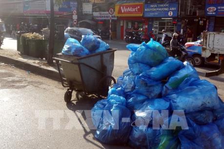 Rác sinh hoạt ùn ứ tại nhiều điểm ở Hà Nội