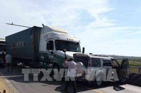 Xe container đâm xe ô tô 7 chỗ khiến Quốc lộ 1A ách tắc hơn 5km