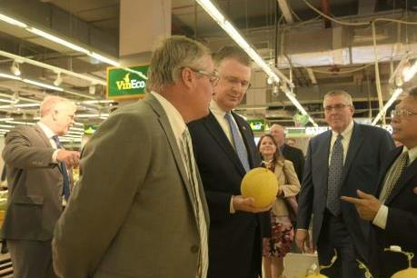 Đại sứ Mỹ thích thú với nông sản sạch của VinEco