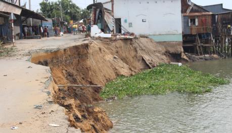 Buộc di dời khẩn cấp 27 hộ dân trong vùng sạt lở sông Vàm Cái Hố