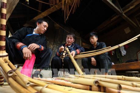 Nghệ nhân chế tác khèn Mông nơi rẻo cao