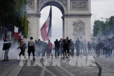 """Pháp: Xung đột giữa cảnh sát và người biểu tình """"Áo vàng"""" sau lễ diễu binh"""