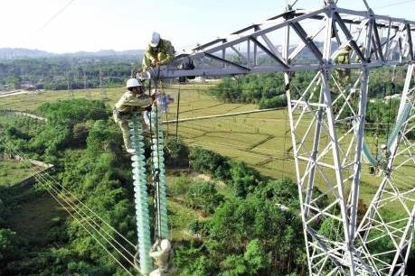 Công việc hàng ngày của những công nhân truyền tải điện