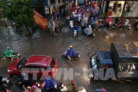 """Nhiều tuyến đường của Hà Nội """"thất thủ"""" trong mưa lớn"""