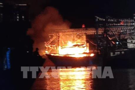 Lửa cháy dữ dội thiêu trụi một tàu cá, thiệt hại nhiều tỷ đồng
