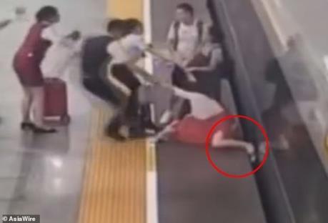 Sợ đi làm muộn, người phụ nữ liều lĩnh dùng chân cản tàu cao tốc