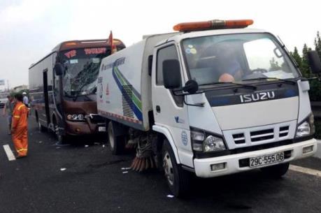 Xe khách va chạm xe vệ sinh đường cao tốc, 5 người nhập viện