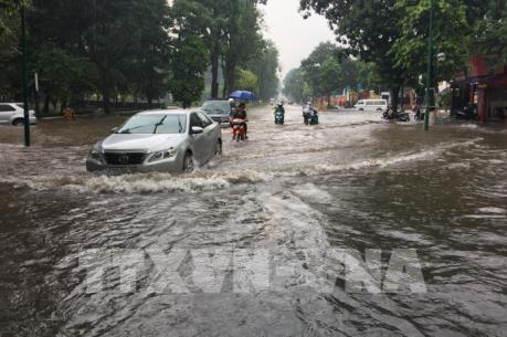 Mưa lớn lại gây ngập cục bộ nhiều tuyến phố ở Hà Nội