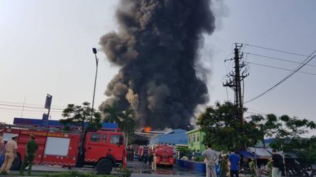 Cháy rụi kho hàng tại Cụm công nghiệp Cổ Lễ, Nam Định