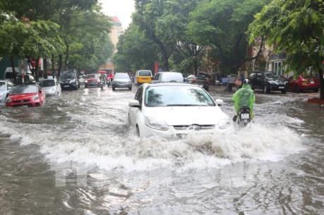 Hà Nội: Giao thông khó khăn do mưa lớn gây ngập nước tại nhiều tuyến phố