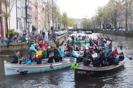 """Độc đáo du lịch trên kênh và """"câu"""" rác thải nhựa ở Hà Lan"""