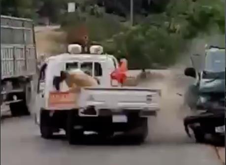Lái xe chở gỗ đâm vào xe cảnh sát giao thông dương tính với ma túy