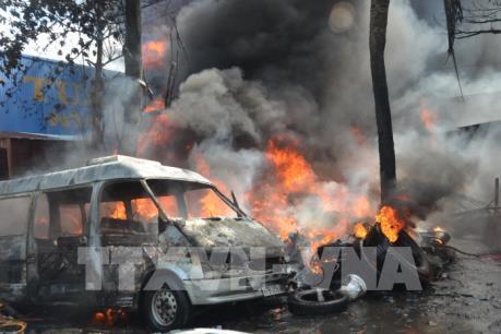 Cháy lớn tại nơi kinh doanh lốp xe ô tô cũ, khói bao trùm cả cụm công nghiệp