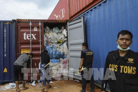 Indonesia trả lại 7 container rác thải nhập khẩu trái phép
