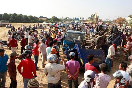 Lật xe chở công nhân dệt may khiến 33 người thương vong