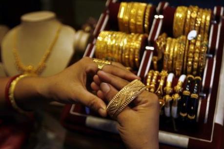 Giá vàng giảm do đồng USD mạnh và chứng khoán tăng điểm