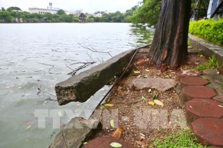 Bờ kè hồ Hoàn Kiếm bị sụt lún nghiêm trọng