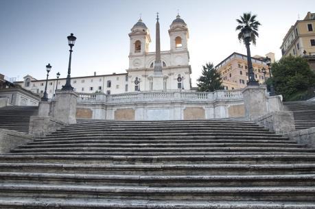 Khách du lịch bị cấm ngồi lên Bậc thang Tây Ban Nha ở Rome
