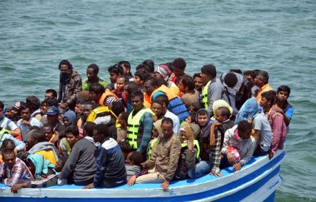 Hơn 120 người di cư mắc kẹt cả tuần trên tàu cứu hộ