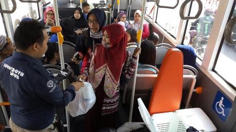 Indonesia triển khai chương trình đổi rác thải nhựa lấy vé xe buýt