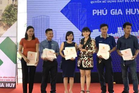 Bàn giao Giấy chứng nhận quyền sử dụng đất tại dự án nhà ở Phú Gia Huy