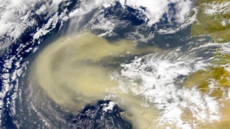 """Các đám mây bụi Sahara """"làm dịu"""" bão lốc ở Caribe"""