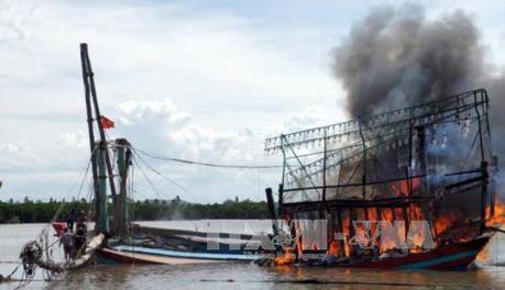Quảng Ngãi: Hỏa hoạn thiêu rụi một tàu cá sắp xuất bến
