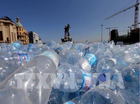 """Sân bay quốc tế Mỹ """"cấm cửa"""" chai nhựa dùng một lần"""