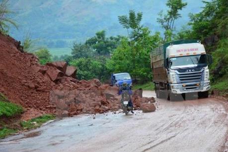 Sạt lở đất đá gây ách tắc nhiều giờ tại Hòa Bình