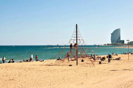 Sơ tán bãi biển tại Barcelona do phát hiện thiết bị nổ