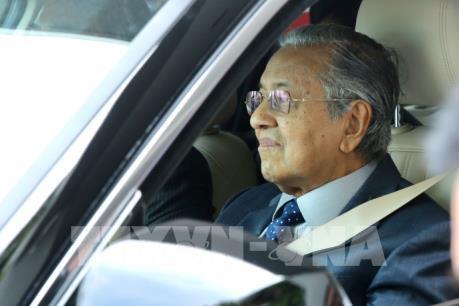 Thủ tướng Malaysia Mahathir Mohamad lái thử xe VinFast