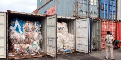 Malaysia truy tìm nguồn gốc của gần 200 container chứa rác thải nhựa